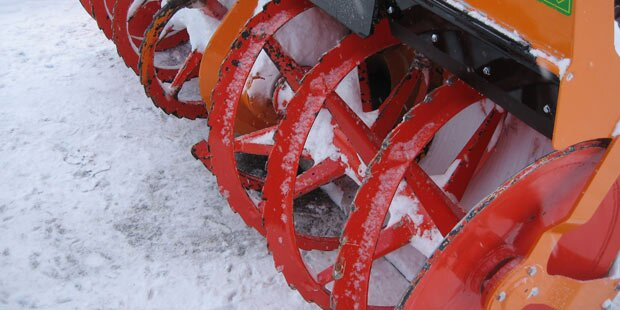 Unbekannte stehlen Traktor mit Schneefräse