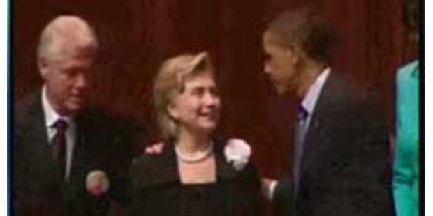 Hillary küsst lieber Obama als Ehemann Bill