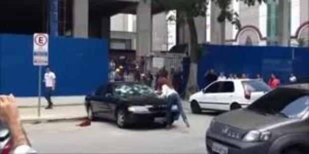 Betrogen: Frau demoliert Auto mit Hammer