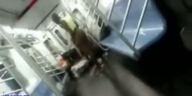 Frau nimmt halbnackt Bad in der U-Bahn