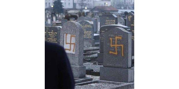 Neo-Nazis verwüsten jüdischen Friedhof