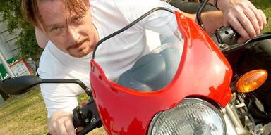 Thomas Freudensprung auf seiner Ducati