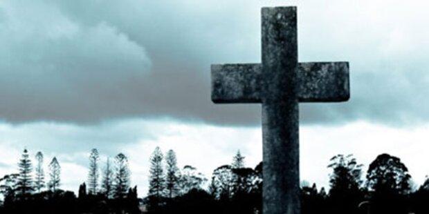 Frau auf Friedhof überfallen