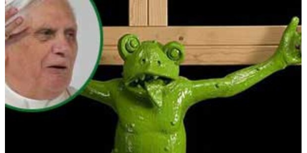 Der Papst findet das Frosch-Kruzifix nicht witzig