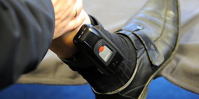 Polizist mit Fußfessel zum Dienst