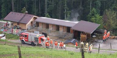 Blitze setzten mehrere Gebäude in Brand