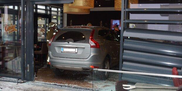 Mistelbach: Auto rast in Café bei Spital