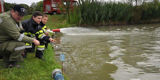 Feuerwehren kämpfen gegen Fischsterben
