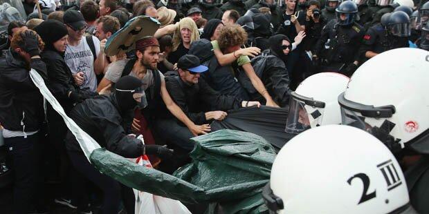Erstes Gerangel bei Protesten - Verletzte