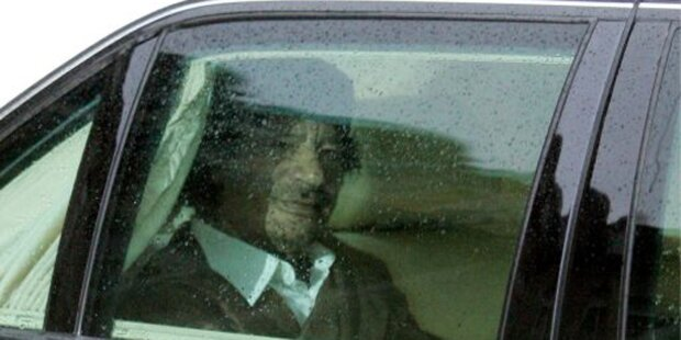 Gaddafi flüchtet in Sarkozys Mercedes