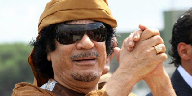 Gaddafi bekehrt drei Models zum Islam