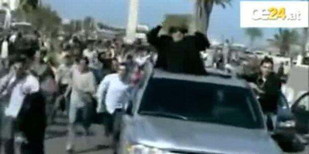 Gaddafi mit erhobener Faust im Autokonvoi