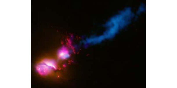 Schwarzes Loch schießt auf Nachbar-Galaxie