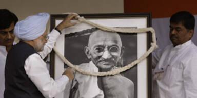 Asche von Mahatma Gandhi im Meer verstreut