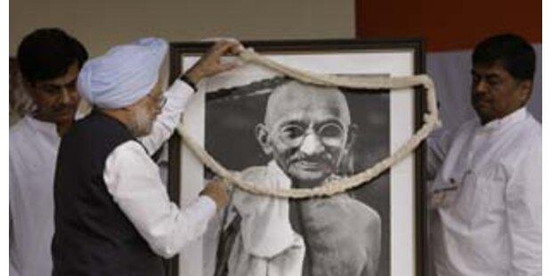 Asche von Gandhi wird übers Meer verstreut