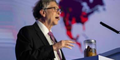 Bill Gates schockt mit Glas voll Kot