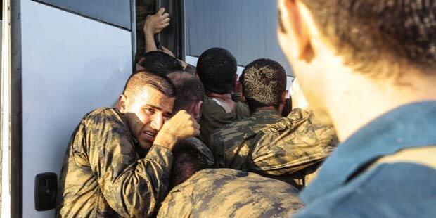 Ankara: 200 Putsch-Soldaten ergeben sich