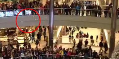 Mann wirft sein letztes Geld aus dem 3. Stock
