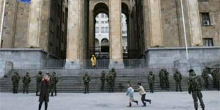 Militär vor Regierungsgebäude