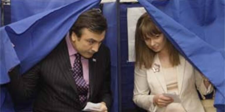 Präsident Michail Saakaschvili und seine Frau Sandra Roelofs bei der Stimmabgabe