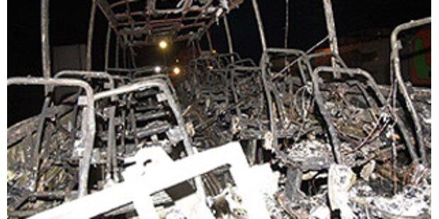 Vollbesetzter Reisebus brannte komplett aus