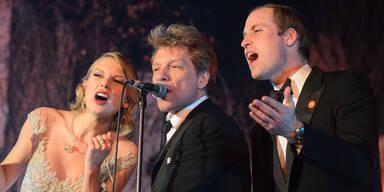 """Wer hätte gedacht, dass Prinz William tatsächlich auch eine wilde Seite hat? Bei seiner White Winter Gala im Kensington Palast trällerte er kurzerhand gemeinsam mit Bon Jovi und Taylor Swift den Hit """"Livin' On A Prayer"""" und begeisterte damit seine 600 Gäste, darunter auch Schauspieler Colin Firth und Schmusesänger James Blunt. Gattin Kate konnte leider nicht dabei sein. Sie musste auf den kleinen George aufpassen."""