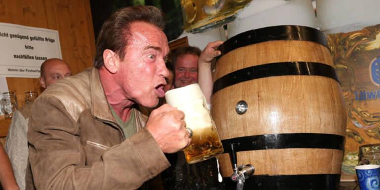 Arnie mit Freundin Heather am Münchner Oktoberfest: Er genoss das Bier, machte Selfies und fand noch Zeit zum Dirigieren. Was für eine Gaudi!