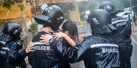 Super-Taifun rast auf Hongkong zu