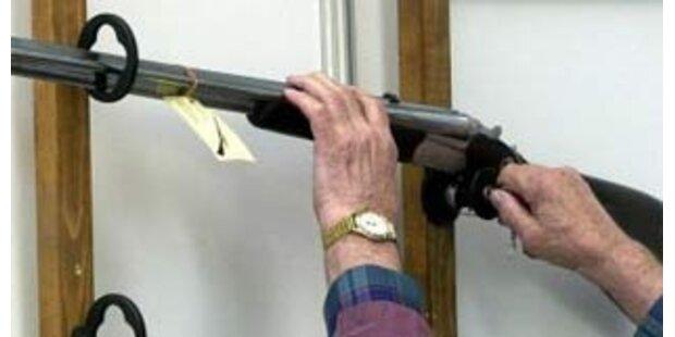 Zwei Männer schießen aus Fenster: Passanten geschockt