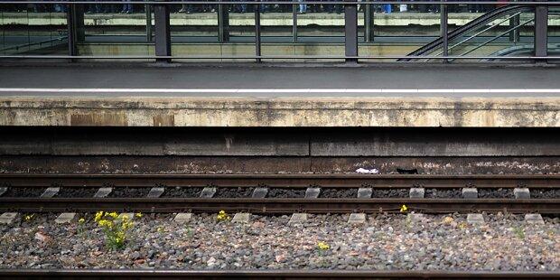 Frau von S-Bahn überrollt: Flüchtlinge retten sie