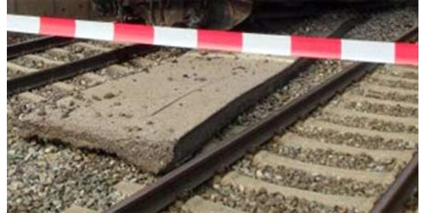 Mann bei Gleisübergang niedergefahren