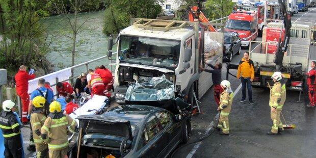 Auto rast frontal in Lkw - Beifahrerin tot