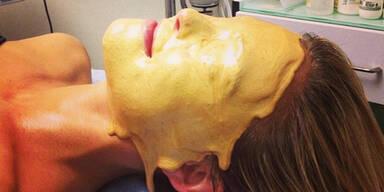 Wer taucht hier sein Gesicht in Gold?