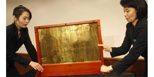 Kalender aus purem Gold steht zum Verkauf