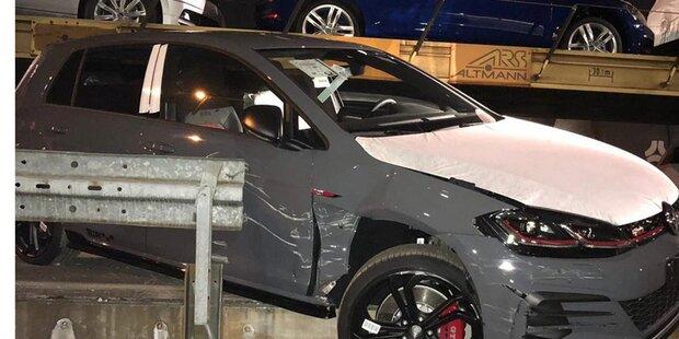 Autodiebe stürzen mit neuem GTI von Zug