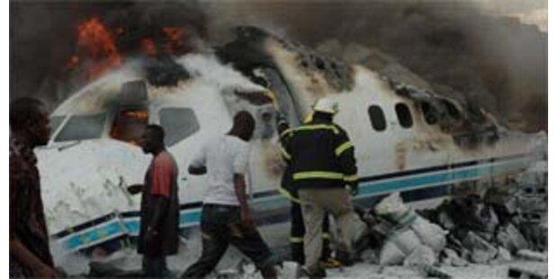 Flugzeug im Kongo in Wohngebiet gestürzt