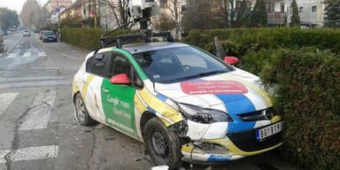 Wilder Crash mit Google-Maps-Auto