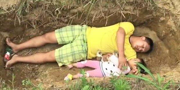 Vater lässt todkranke Tochter in Grab probeliegen