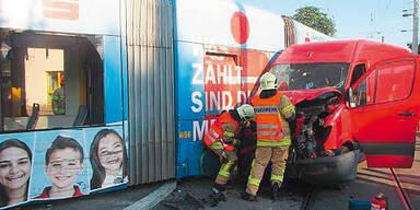 Lkw schob bei Unfall Bim aus Schienen