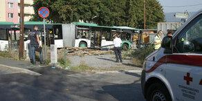 Zug kollidiert mit Linienbus – ein Toter
