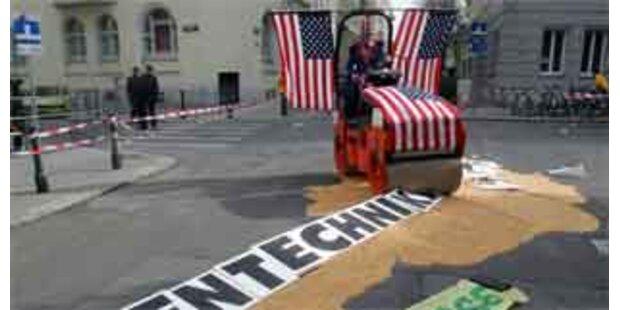 Greenpeace protestiert mit Straßenwalze vor US-Botschaft in Wien