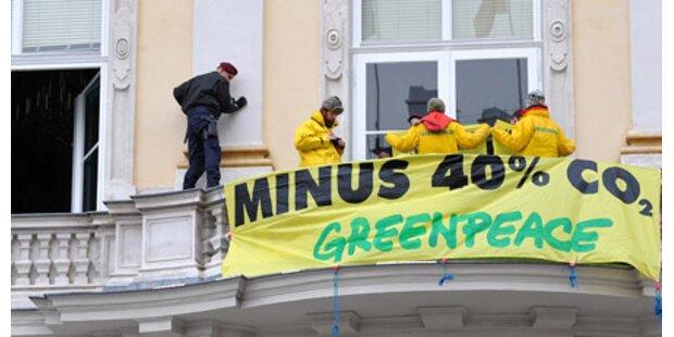 Greenpeace erklimmt Kanzlerbalkon