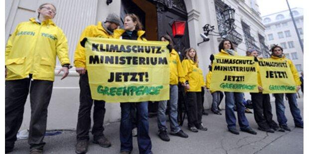 Greenpeace besetzt Bundeskanzleramt