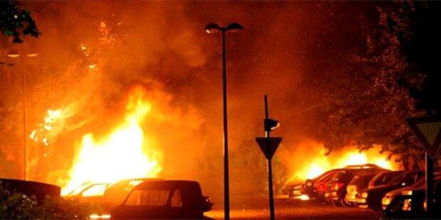 Jugendliche setzen 60 Autos in Brand