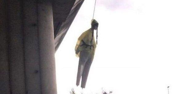Unbekannte hängen Greta-Thunberg-Puppe von Brücke