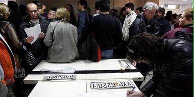 Autobesitzer in Griechenland geben Kennzeichen zurück