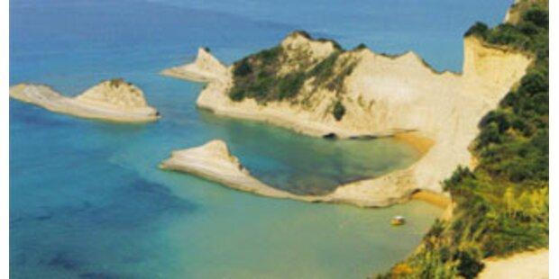 Griechen sonnen sich bei 30 Grad am Strand
