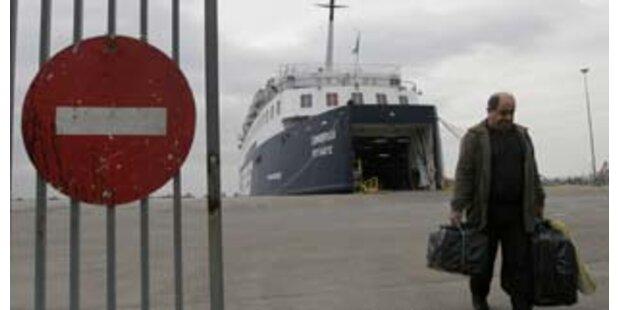Griechisches Touristenschiff läuft auf Grund