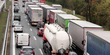 Stau auf der Autobahn mit Lkw-Blockabfertigung