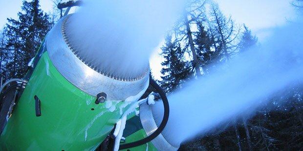 Bub (6) kracht in Schneekanone - schwer verletzt